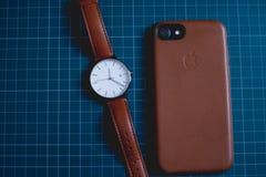 Kuala Lumpur, Maleisië - Augustus 31, 2018: Minimalistisch horloge met iphone 7 royalty-vrije stock afbeelding