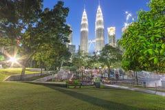 KUALA LUMPUR, MALEISIË - AUGUSTUS 13: Petronas Tweelingtorens in blauw uur op 13 Augustus, 2016 in Kuala Lumpur Petronas Tweeling Stock Afbeeldingen