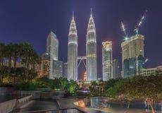 KUALA LUMPUR, MALEISIË - AUGUSTUS 13: Petronas Tweelingtorens in blauw uur op 13 Augustus, 2016 in Kuala Lumpur Petronas Tweeling Stock Foto's