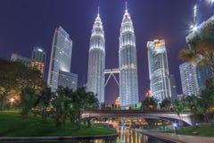 KUALA LUMPUR, MALEISIË - AUGUSTUS 13: Petronas Tweelingtorens in blauw uur op 13 Augustus, 2016 in Kuala Lumpur Petronas Tweeling Stock Fotografie
