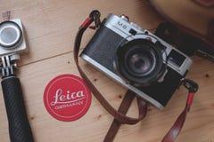 Kuala Lumpur, Maleisië - Augustus 30, 2018: Stillevenbeeld van de de digitale camera en lens van Leica M8 op de houten lijst stock afbeeldingen