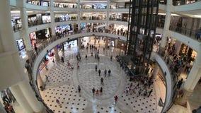 Kuala Lumpur, Maleisië - Juli 18, 2018: De tijdtijdspanne van mensen loopt en winkelt rond het en binnenland in Suria KLCC stock footage