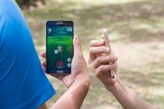 KUALA LUMPUR, MALEISIË, 24 JULI, 2016: Twee gebruikers spelen Pokemon gaan Stock Fotografie