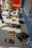 Kuala Lumpur, Maleisië - Maart 9, 2017: Schoenen buiten een Hindoese tempel worden uitgespreid, moeten zij als teken dat van word Stock Afbeelding