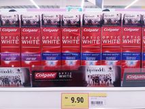 KUALA LUMPUR, MALEISIË - MEI 20,2017: Colgate-tandpasta op supermarktplanken royalty-vrije stock foto's