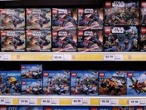 KUALA LUMPUR, MALEISIË - MEI 20, 2017: Verscheidenheid van Lego-stuk speelgoed bij Supermarkt royalty-vrije stock foto's