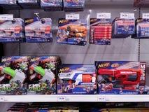KUALA LUMPUR, MALEISIË - MEI 20, 2017: Verscheidenheid van Nerf-stuk speelgoed bij Supermarkt royalty-vrije stock afbeeldingen