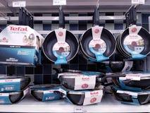 KUALA LUMPUR, MALEISIË - MEI 20, 2017: Verscheidenheid van Tefal-product bij supermarkt wordt getoond die Tefal is Frans gebaseer stock foto