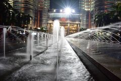 Kuala Lumpur, Maleisië - November 3, 2017: De Petronas-Fontein van het Torenswater bij Nacht Stock Afbeelding