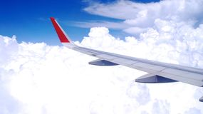 KUALA LUMPUR, MALESIA - 4 aprile 2015: La vista delle nuvole e l'aeroplano traversano dall'interno di un aereo, sedile di finestr Immagini Stock