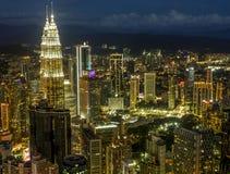 KUALA LUMPUR/MALESIA - 2019: Bella vista aerea delle luci della città di notte dalla torre di Menara chilolitro fotografia stock libera da diritti