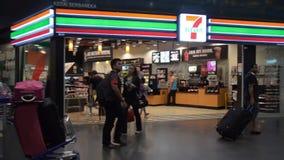 KUALA LUMPUR, MALESIA - 01,22,2017: 7/11 di supermercato Catena popolare dei supermercati archivi video