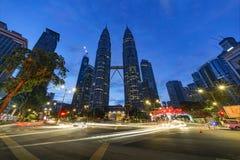 KUALA LUMPUR, MALESIA - 12 dicembre 2017: Le torri gemelle di Petronas in Kuala Lumpur alla notte si sono accese per il Natale Immagini Stock Libere da Diritti