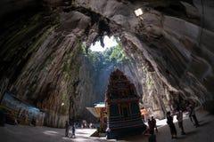 Kuala Lumpur, Malesia - 24 febbraio 2019: Caverne di Batu che cercano dalla caverna principale fotografia stock libera da diritti