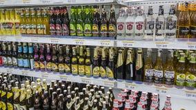 Kuala Lumpur, Malesia - 7 gennaio 2016: Bevande dell'alcool sugli scaffali in supermercato Fotografia Stock Libera da Diritti
