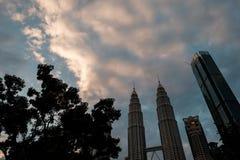 KUALA LUMPUR, MALESIA - 6 GENNAIO 2018: La foto delle torri gemelle di Petronas contenuta la sera Immagini Stock Libere da Diritti