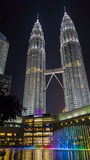 Kuala Lumpur, Malesia - 7 gennaio 2016: Le torri gemelle di Petronas alla notte con lo spettacolo di luci Fotografia Stock Libera da Diritti