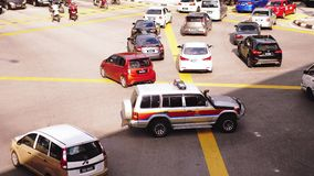 Kuala Lumpur, Malesia, il 28 giugno 2018 Cima della vista un volante della polizia con le sue luci sugli incroci sulla strada aff stock footage