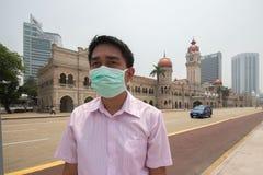 KUALA LUMPUR, MALESIA - 4 marzo uomo sconosciuto che indossa una maschera di protezione Immagine Stock