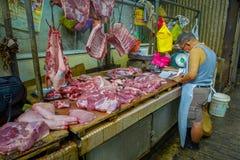 Kuala Lumpur, Malesia - 9 marzo 2017: Venditore sconosciuto in un supporto della carne fresca nel mercato del centro Fotografia Stock Libera da Diritti