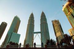 KUALA LUMPUR, MALESIA - 9 NOVEMBRE 2018: Turisti che esaminano le torri gemelle di Petronas nella capitale malese che sta su un p immagine stock