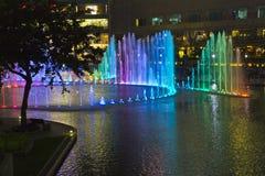 KUALA LUMPUR, MALESIA 13 OTTOBRE 2016: La vista di notte delle fontane illuminate prima di Petronas si eleva immagini stock libere da diritti