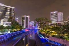 Kuala Lumpur, Malesia - 2 ottobre 2018: luci blu di vista di notte dell'orizzonte sul fiume in Kuala Lumpur, Malesia immagini stock