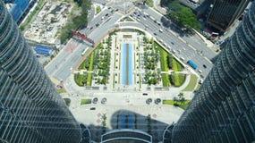 KUALA LUMPUR MALEZJA, APR, - 12th 2015: Zadziwiający widok od niebo mosta szklanego panelu lokalizował 170 metrów nad ulica równa Fotografia Stock