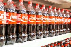KUALA LUMPUR, MALEZJA, Kwiecień 16, 2016: Koka-kola utrzymuje swój l Obraz Royalty Free