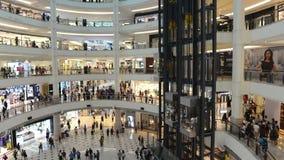 Kuala Lumpur Malezja, Lipiec, - 17, 2018: Czasu upływu wideo wnętrze Suria KLCC Nowożytny luksusowy zakupy centrum handlowe przy  zdjęcie wideo