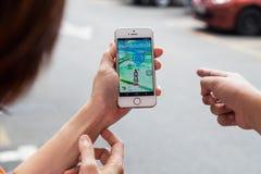 KUALA LUMPUR, MALEZJA, LIPIEC 16, 2016: IOS użytkownik bawić się Pokemon Zdjęcie Stock