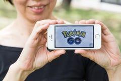 KUALA LUMPUR, MALEZJA, LIPIEC 24, 2016: IOS użytkownik bawić się Pokemon Obrazy Royalty Free