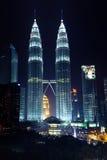Kuala Lumpur Malezja, LISTOPAD, - 11: Petronas bliźniacze wieże przy nocą na Listopadzie 11, 2012 Zdjęcie Stock