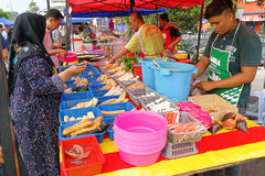 KUALA LUMPUR, MALEZJA, Maj 29, 2016: Muzułmański kupującego kupienia jedzenie Obrazy Stock