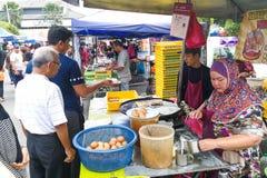 KUALA LUMPUR, MALEZJA, Maj 29, 2016: Muzułmański kupującego kupienia jedzenie Obrazy Royalty Free