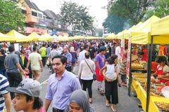 KUALA LUMPUR, MALEZJA, Maj 29, 2016: Muzułmański kupującego kupienia jedzenie Fotografia Royalty Free