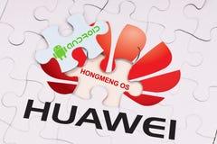 KUALA LUMPUR, MALEZJA, MAJ 27, 2019: Pojęcie Android OS od Huawei w wyrzynarki łamigłówce wyjawia Hongming OS U S r zdjęcie stock