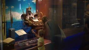 Kuala Lumpur Malezja, Maj, - 1 syn i matka oglądamy dziejową ekspozycję w naród historii muzeum zbiory