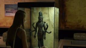 Kuala Lumpur Malezja, Maj, - 1 syn i matka oglądamy dziejową ekspozycję w naród historii muzeum zdjęcie wideo