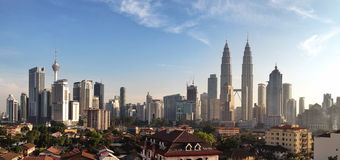KUALA LUMPUR MARS 13th 2016: Panoramautsikt av Kuala Lumpur horisont med Petronas tvillingbröder och andra företags byggnader på  Royaltyfria Bilder