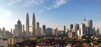 KUALA LUMPUR MARS 13th 2016: Panoramautsikt av Kuala Lumpur horisont med Petronas tvillingbröder och andra företags byggnader på  Royaltyfria Foton