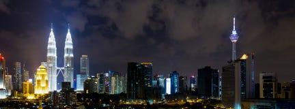 Kuala Lumpur miasta linia horyzontu przy nocą Fotografia Stock