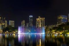 Kuala Lumpur miasta linia horyzontu Symfonia jeziorem przy nocą Obrazy Royalty Free
