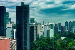 Kuala Lumpur miasta linia horyzontu z drapaczami chmur i dramatycznym niebem obraz stock