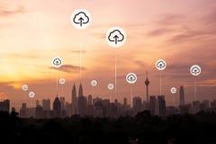 Kuala Lumpur mit Wolkenantriebskraftikonen stockfotos