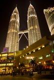 Kuala Lumpur nattpetronas torn kopplar samman Arkivfoto
