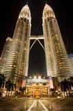 Kuala Lumpur nattpetronas torn kopplar samman Arkivfoton