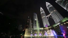 Kuala Lumpur nattpetronas torn kopplar samman stock video