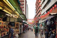Kuala Lumpur 2017, o 16 de fevereiro, turistas no mercado de rua de Petaling, Malásia Fotografia de Stock Royalty Free