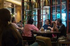 Kuala Lumpur, Około 2016 - azjata kobiety i wewnątrz mężczyzna ma kawę Obrazy Stock